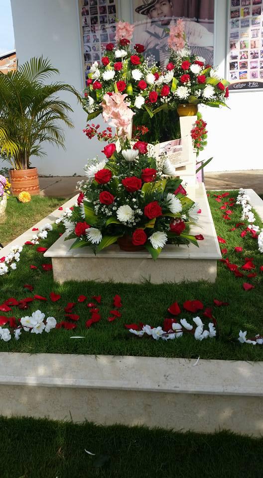 Así, con flores naturales, está embellecida la tumba de Calixto Ochoa.