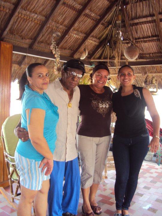 Dulsaide, a la izquierda, de verde, abraza a su maestro, durante la visita de amigas venezolanas.
