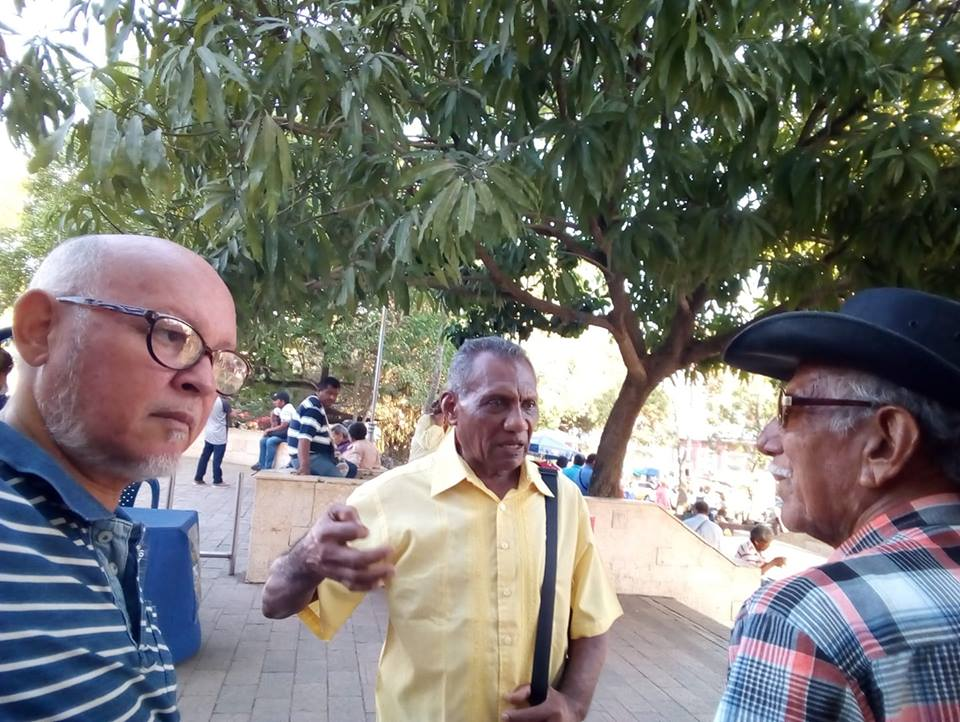 El maestro Gilberto Torres y Donaldo Mercdo, dialogan con el periodista Alfonso Hamburger, jefe de prensa de la Fiesta de la cumbika.