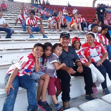 Miguel con sus nietos, hinchas del Junior( Foto cortesía  José A. Cerpa.