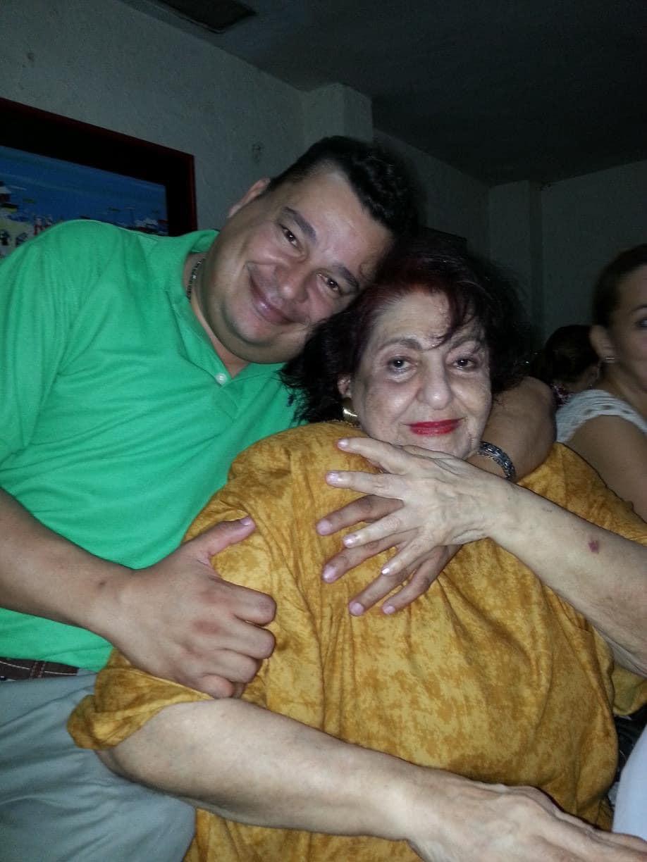 Doña Elvia Chadid, con el artista Frank Rodreiguez